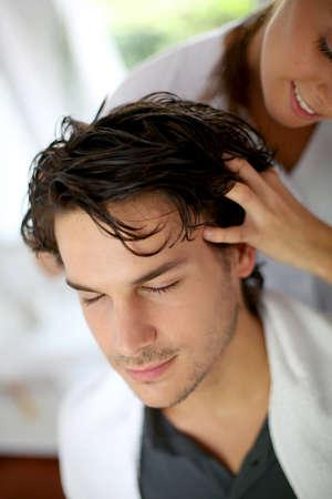 coiffeur: Hairdresser doing hair massage to customer