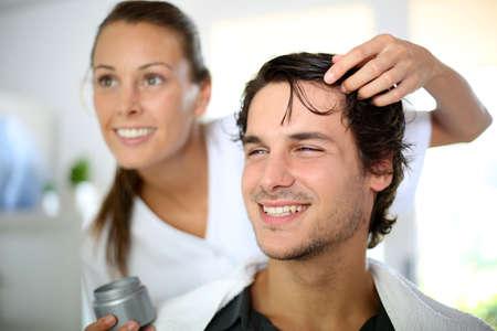 coupe de cheveux homme: Coiffeur gel de cheveux application Banque d'images