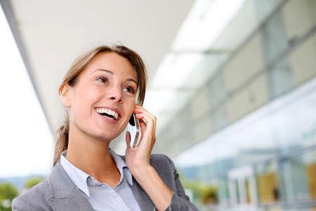 persona llamando: Sonriente mujer de negocios hablando por tel�fono m�vil