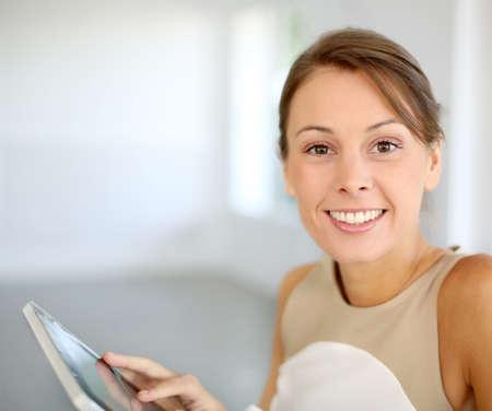 Portrait der schönen Frau mit Tablette Standard-Bild - 15611085