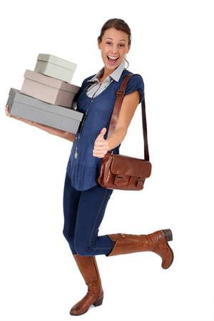shoe boxes: Compras ni�a sosteniendo cajas de zapatos