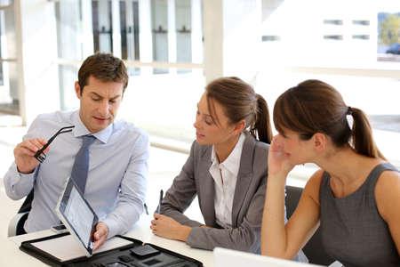 empleados trabajando: Empresas presentaci�n alrededor de la mesa