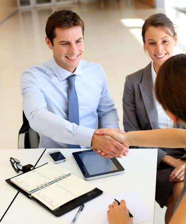 estrechando mano: Socios de negocios d�ndose la mano en la oficina