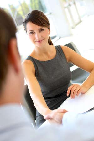 entrevista: Entrevistador estrechar la mano a futuros empleados