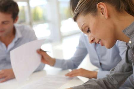Los socios de negocios la firma de los documentos contractuales Foto de archivo - 15811271