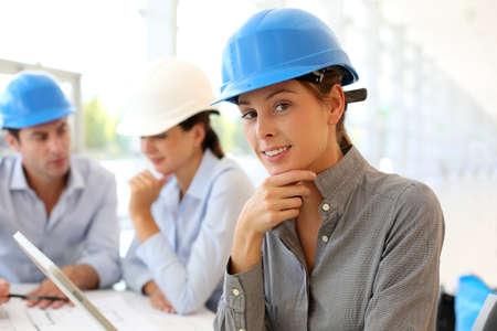 Arquitecto con casco de seguridad usando tableta electrónica