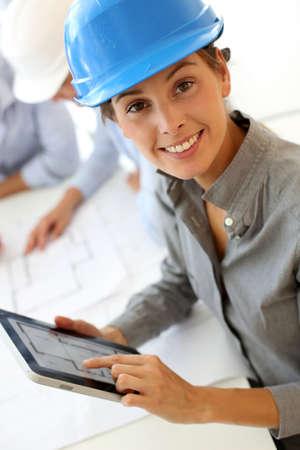 ingeniero: Arquitecto con casco de seguridad usando tableta electr�nica