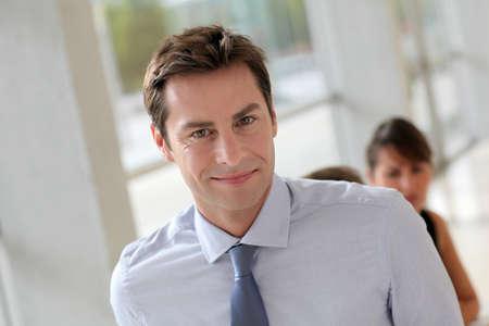 gerente: Sonriente hombre de negocios asistir a reunión de trabajo Foto de archivo
