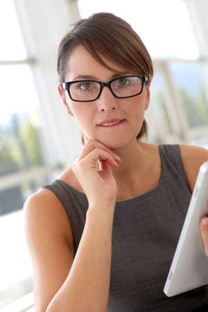 annoying: Sekretarz w biurze zaskoczony patrzeć na jej twarz