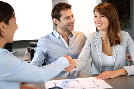Couple de construction conclusion et contrat financier photo