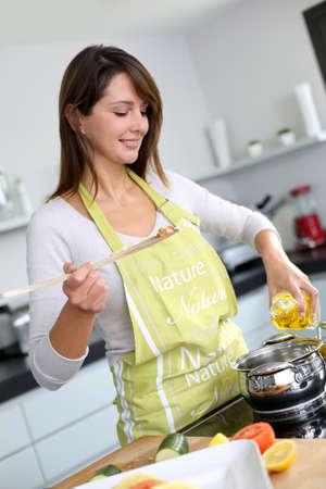 cocineras: Mujer en la cocina preparando el plato de pasta