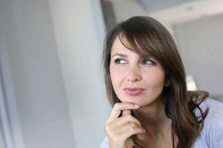 mujer pensando: Mujer atractiva morena con mirada dudosa