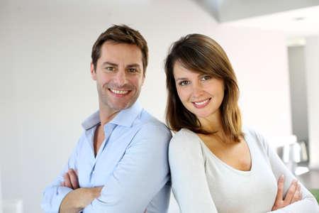 pareja casada: Retrato de pareja se cas� en pie con los brazos cruzados