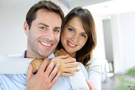 Ehefrauen: Portrait von verheirateten Paar zu Hause