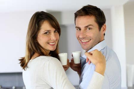 Alegre par de tazas de caf� celebraci�n photo