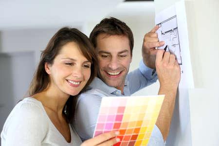 pareja en casa: Pareja eligiendo color de pintura para su nuevo hogar