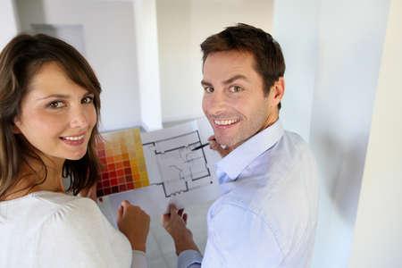 coppia in casa: Coppia scelta del colore della vernice per la loro nuova casa Archivio Fotografico