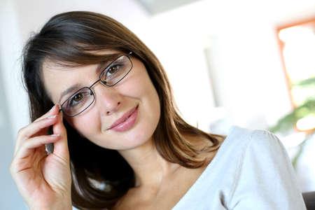 メガネを着て魅力的な女性