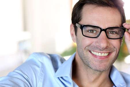 hombre: Retrato de hombre de mediana edad con gafas