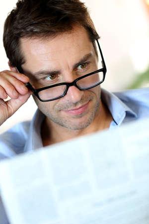 oude krant: Man met bril lezen van kranten Stockfoto