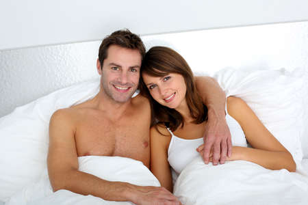 enamorados en la cama: Retrato de amantes abrazados en la cama