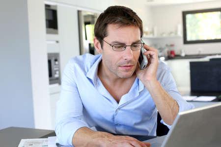 trabajando en casa: Inicio empleado de oficina hablando por tel�fono m�vil