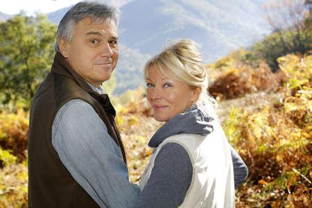 jubilados: Retrato de la sonrisa pareja de ancianos en el campo