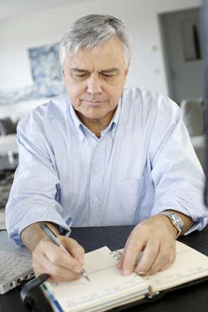 hombre viejo: Hombre de negocios mayor que trabaja desde su casa Foto de archivo