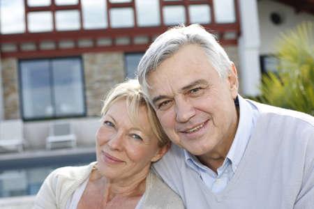 femme mari�e: Sourire couple de personnes �g�es debout dans le jardin de la maison