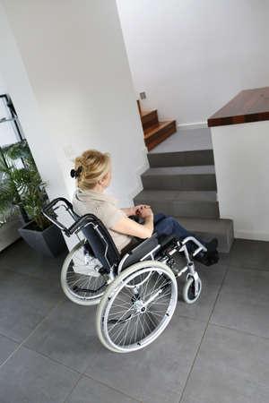 persona en silla de ruedas: Retrato de la mujer mayor en silla de ruedas Foto de archivo