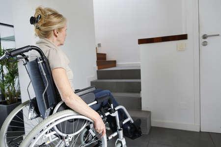 silla de ruedas: Retrato de la mujer mayor en silla de ruedas Foto de archivo
