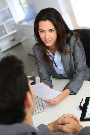entrevista: Empresaria que da entrevista de trabajo Foto de archivo