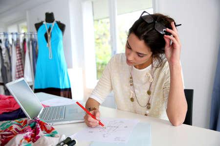 Diseñador de moda que trabaja en la creación de