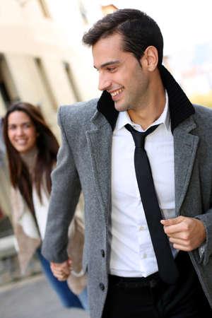 mujer con corbata: Trendy pareja de enamorados paseando por la calle Foto de archivo
