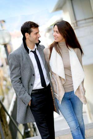 Trendy paar liefhebbers wandelen in de straat Stockfoto