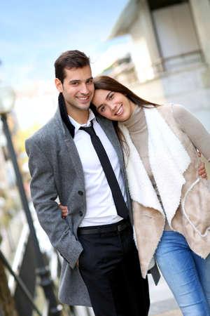 parejas caminando: Trendy pareja de enamorados paseando por la calle Foto de archivo
