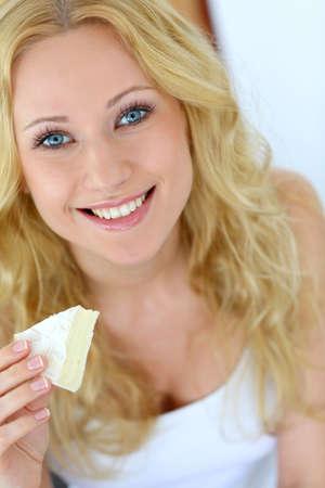 blue eyes blonde: Atractiva chica celebraci�n rebanada de queso franc�s Foto de archivo