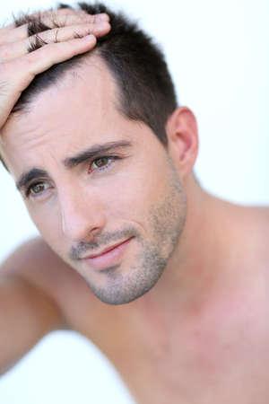 calvicie: Retrato de hombre atractivo con preocupación pelo
