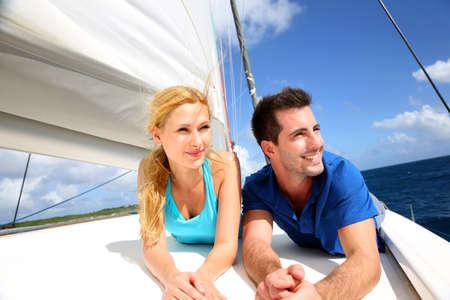 bateau voile: Sourire couple de d�tente sur un yacht par journ�e ensoleill�e