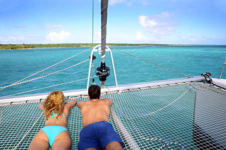 deportes nauticos: Joven pareja se relaja en la parte delantera del yate Foto de archivo