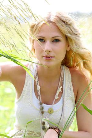 rubia ojos azules: Hermosa mujer en el medio natural