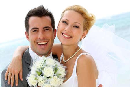 свадьба: Веселый замужняя пара, стоя на пляже