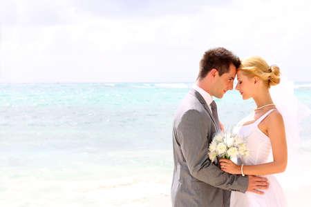 boda en la playa: La novia y el novio en un momento rom�ntico Foto de archivo