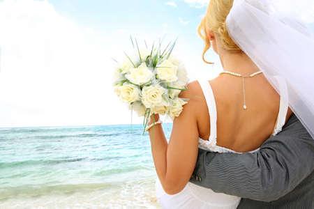 Just married couple de regarder vers l'avenir Banque d'images