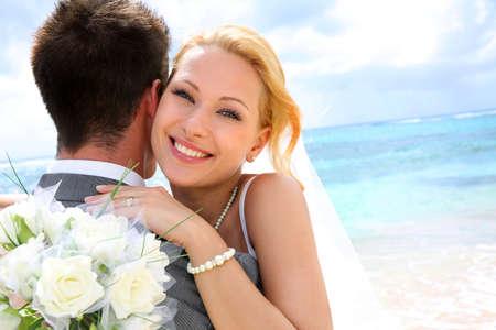 Bruid omarmen haar bruidegom