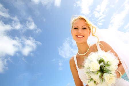 anillo de boda: Retrato de la novia hermosa con el cielo azul en el fondo
