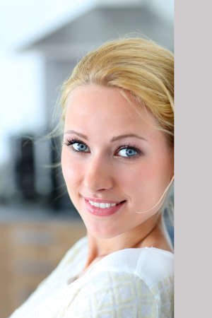 Atractiva mujer sonriendo a la cámara Foto de archivo