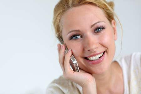 Retrato de la muchacha rubia con teléfonos inteligentes