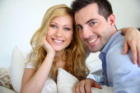 personas abrazadas: Alegre pareja en el amor en el hogar