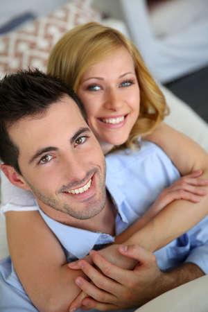 personas abrazadas: Retrato de pareja alegre en el amor en el hogar
